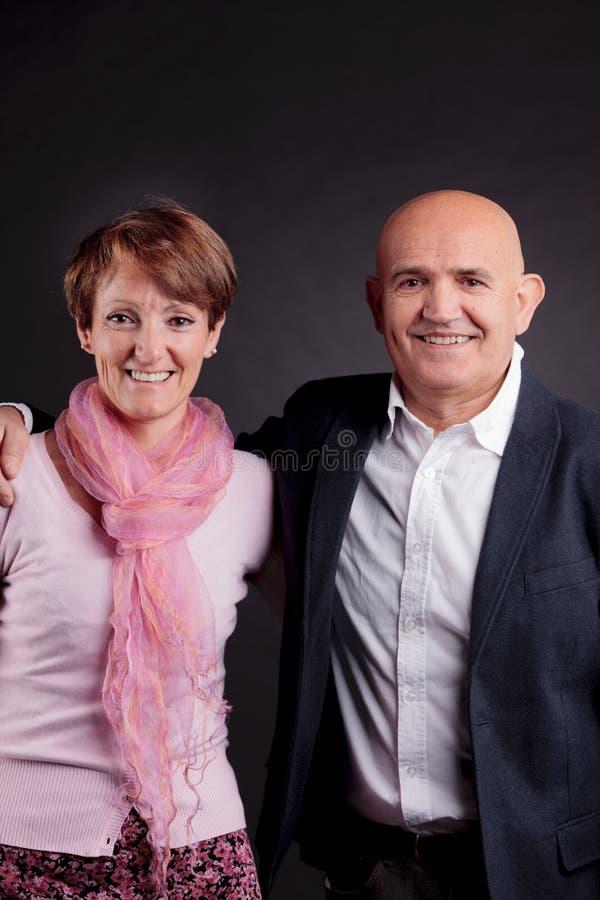 Alte Paare, die sich lieben lizenzfreie stockfotografie