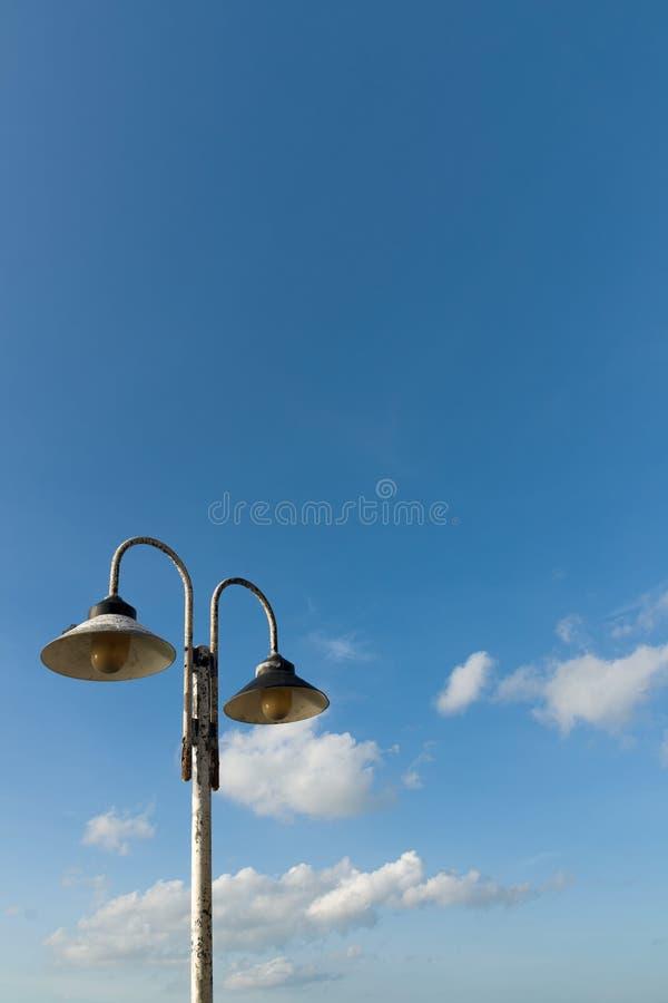 Alte Paareisenlampe auf Polen stockbilder