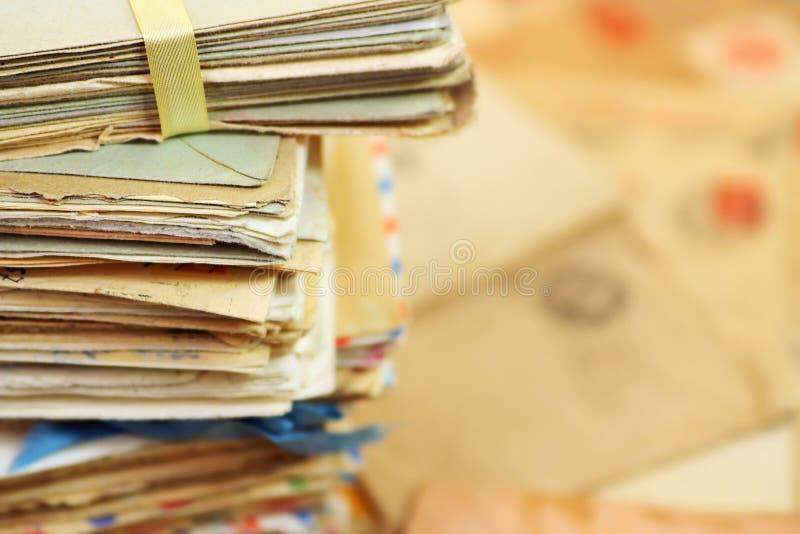 Alte Papierpostbuchstaben und der Hintergrund stockbilder