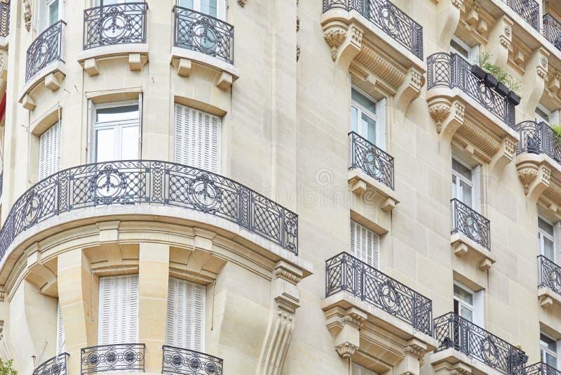 Alte Pariser errichtende Luxusfassade am Sommertag in Paris, Frankreich lizenzfreie stockfotos