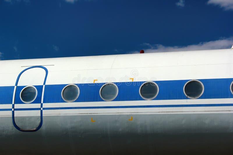 Alte PassagierLuftfahrzeugtür und und Fenster gegen Hintergrund des blauen Himmels stockbild