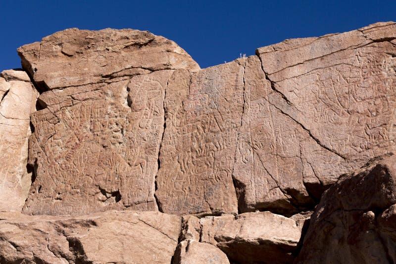 Alte Petroglyphen auf den Felsen bei Yerbas Buenas in Atacama-Wüste in Chile stockbild
