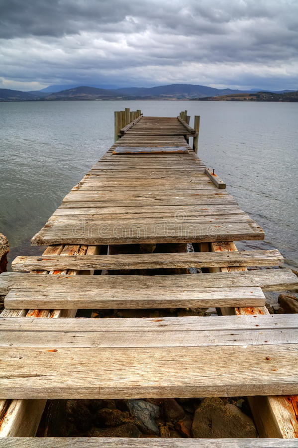 Alte Pierruinen auf dem Schacht in Tasmanien stockfotos