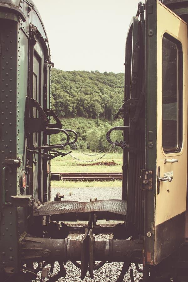 Alte Plattform zwischen zwei grün und gelben Zuglastwagen stockfoto