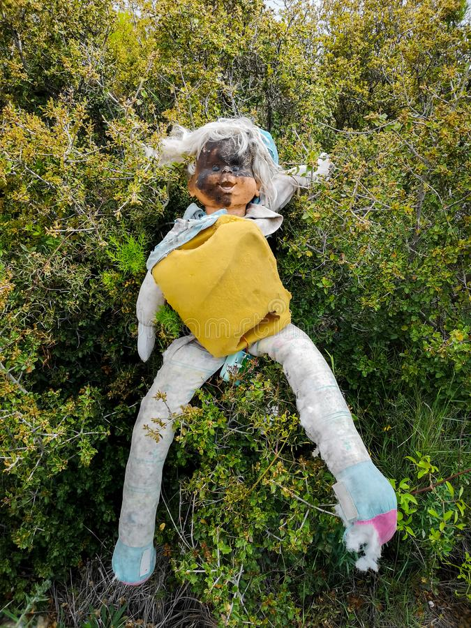 Alte Puppe mit gebranntem Gesicht lizenzfreies stockbild