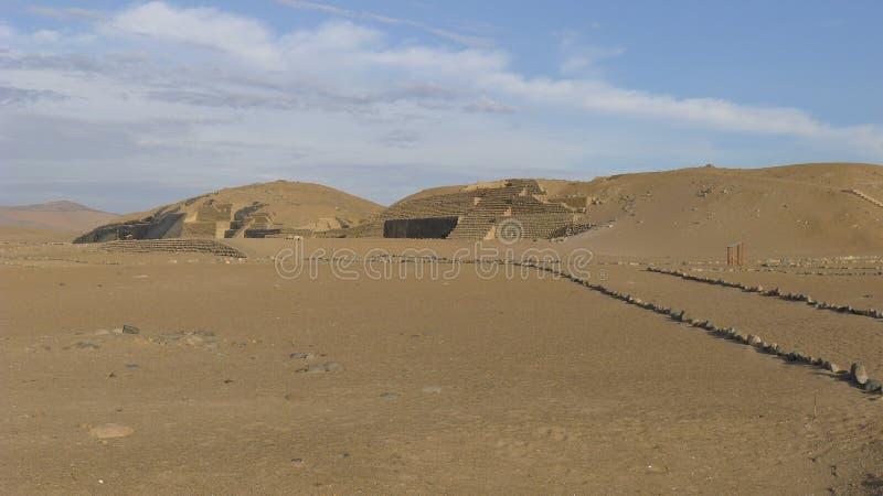Alte Pyramide und Wüste in Bandurria, nördlich von Lima stockfotos