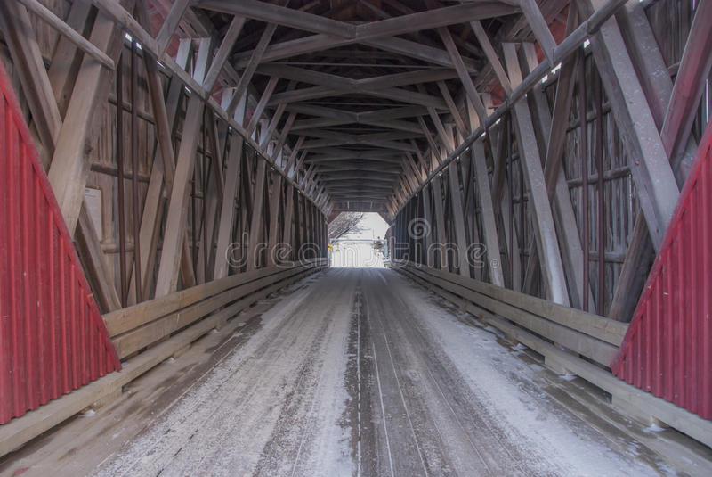 Alte Québec-überdachte Brücke stockbild