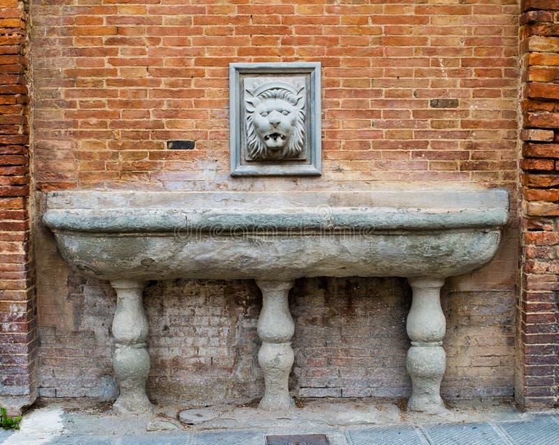 Alte Quelle für Wasser mit einem Löwe ` s Kopf stockbild