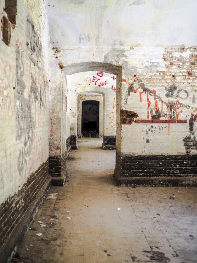 Alte Räume mit Graffiti in der Festung des Düffels nahe Mechelen lizenzfreies stockbild