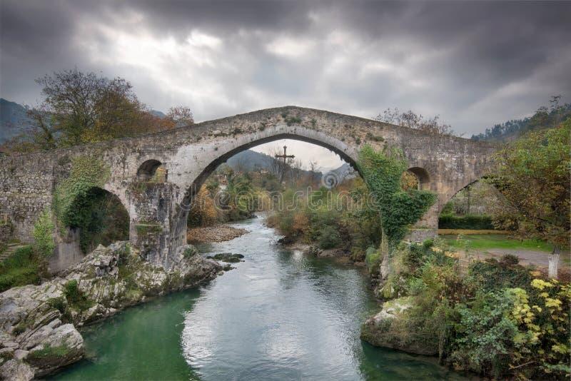 Alte römische Brücke in Cangas de Onis, Asturien, Spanien stockbilder