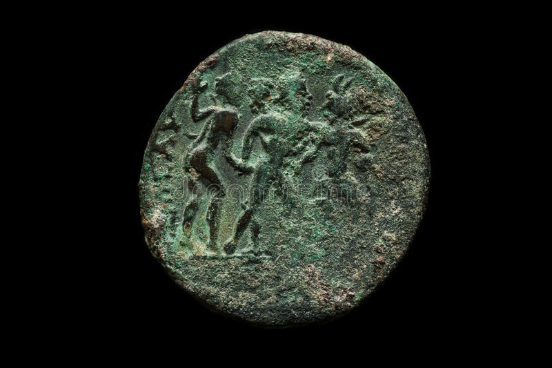 Alte römische Kupfermünze lokalisiert auf Schwarzem lizenzfreie stockfotos
