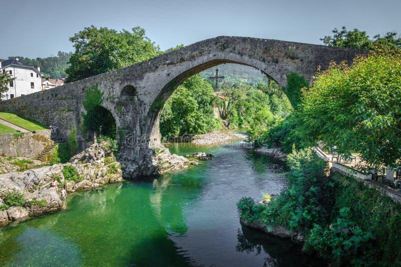 Alte römische Steinbrücke in Cangas de Onis stockfotos