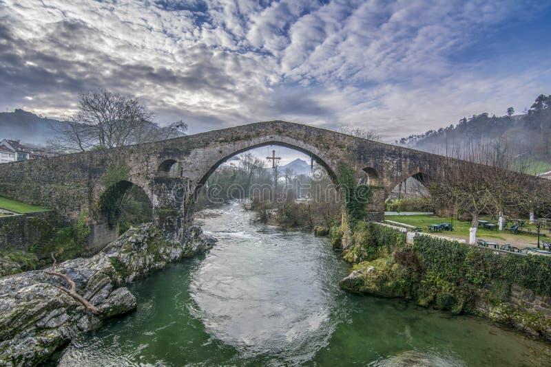 Alte römische Steinbrücke in Cangas de Onis Asturien, Spanien stockbild
