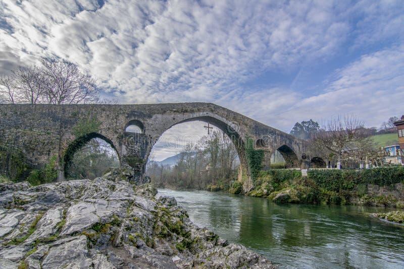 Alte römische Steinbrücke in Cangas de Onis, Asturien, Spanien stockbilder