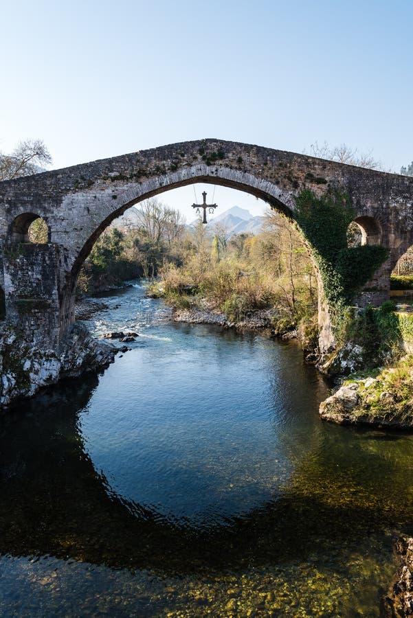 Alte römische Steinbrücke in Cangas de Onis lizenzfreie stockfotografie