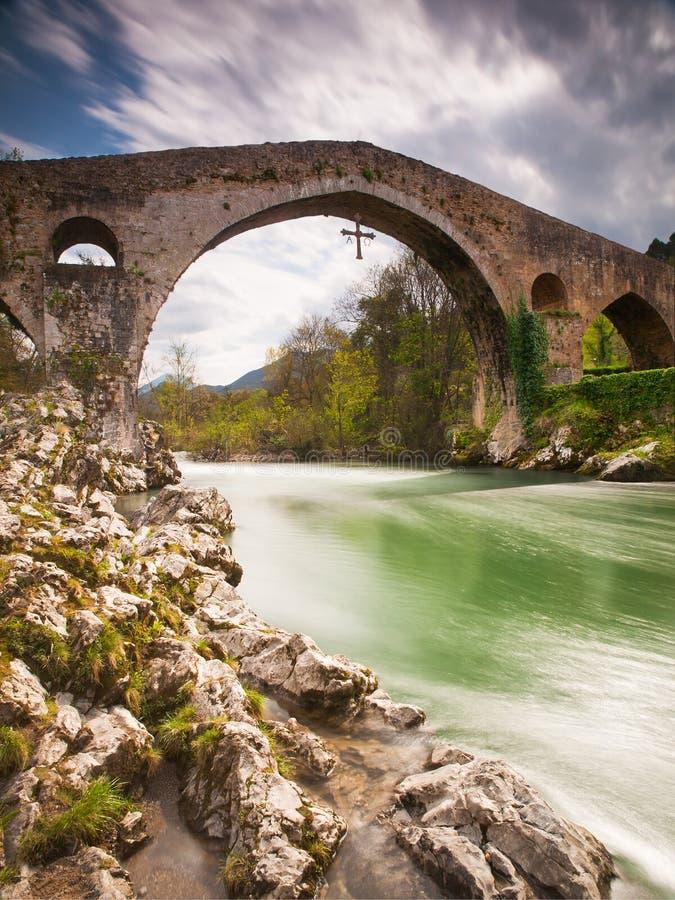 Alte römische Steinbrücke in Cangas de Onis (Asturien), Spanien stockbild