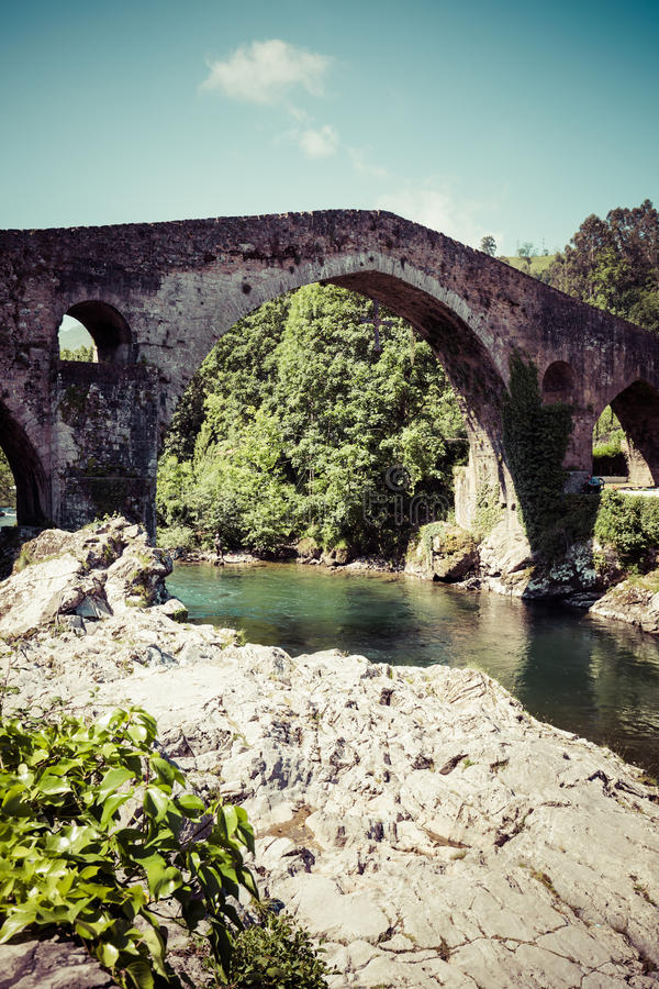 Alte römische Steinbrücke in Cangas de Onis (Asturien), Spanien stockfoto