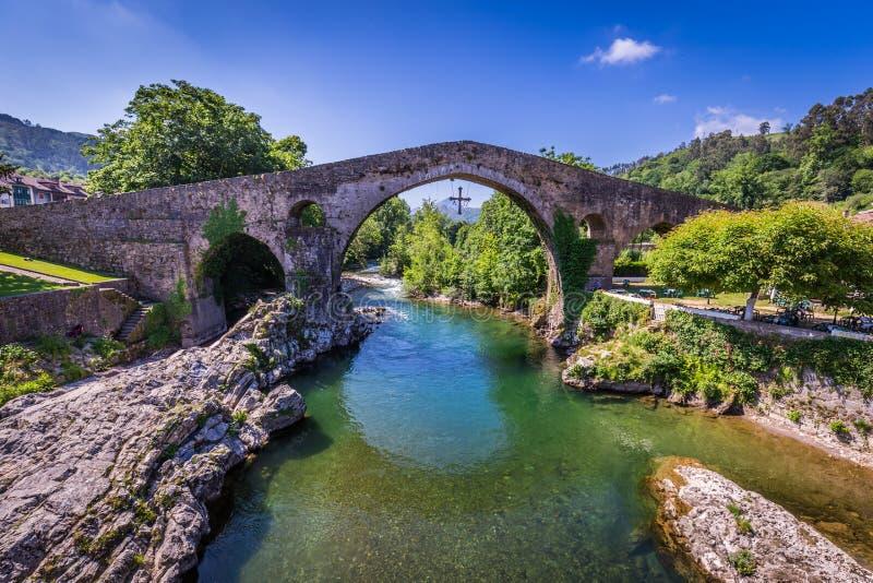 Alte römische Steinbrücke in Cangas de Onis (Asturien), Spanien lizenzfreies stockbild