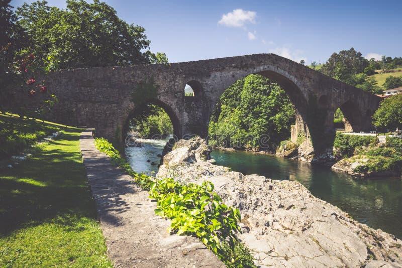 Alte römische Steinbrücke in Cangas de Onis (Asturien), Spanien stockfotografie