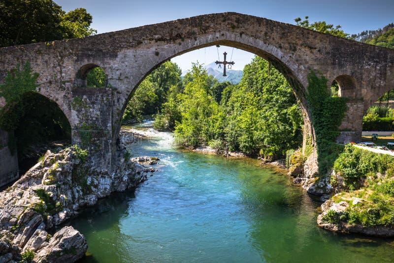 Alte römische Steinbrücke in Cangas de Onis (Asturien), Spanien stockfotos