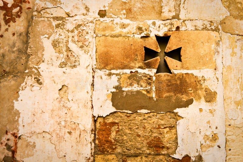 Alte römische Wandbeschaffenheit mit gekreuztem Fenster lizenzfreies stockfoto