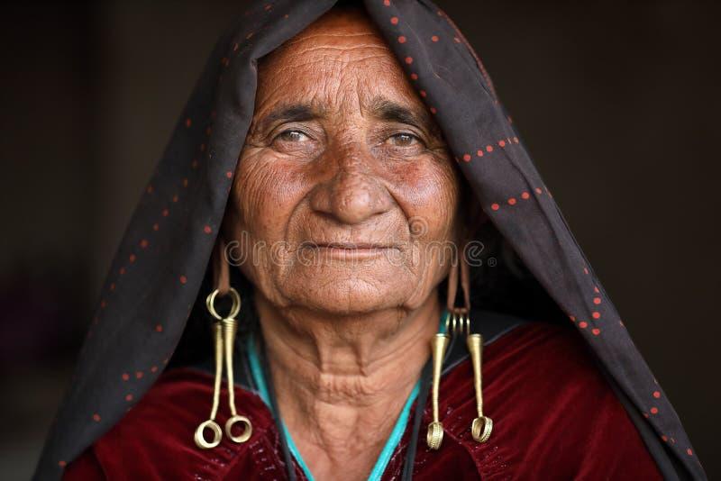 Alte Rabari-Frau im Bezirk von Kutch, Indien stockbild