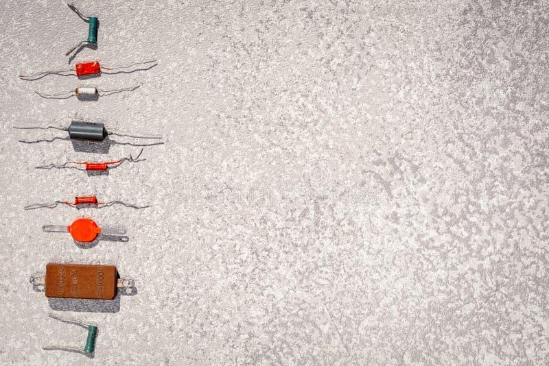 Alte Radiokomponenten in einer vertikalen Linie als Kugeln lizenzfreie stockfotografie
