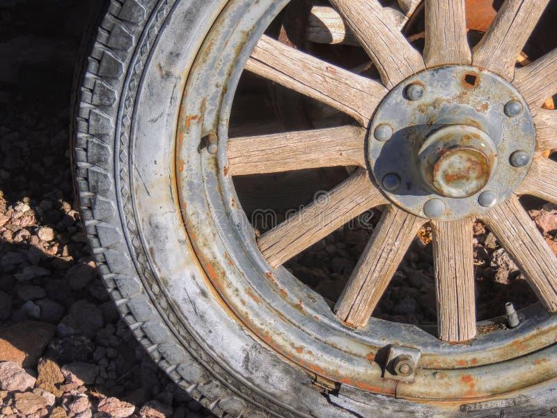 Alte Reifen mit Metalllastwagenradspitzen in der Wüste in Arizona in einer verlassenen Geistbergbaustadt lizenzfreie stockfotografie