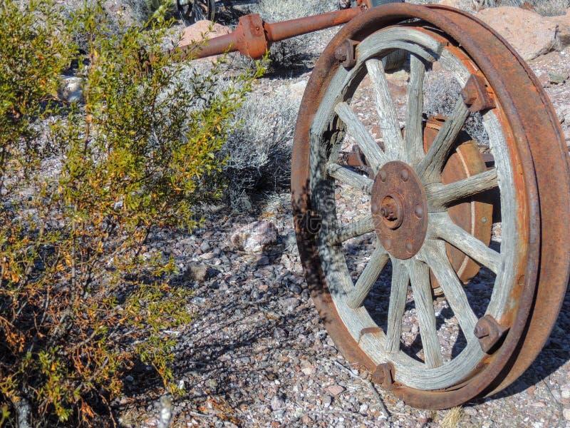 Alte Reifen mit Metalllastwagenradspitzen in der Wüste in Arizona in einer verlassenen Geistbergbaustadt stockfotografie