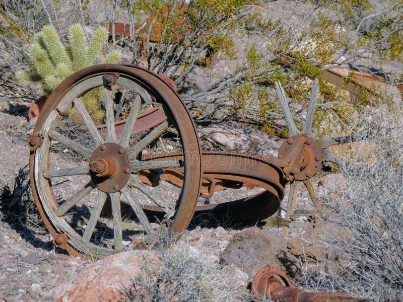 Alte Reifen mit Metalllastwagenradspitzen in der Wüste in Arizona in einer verlassenen Geistbergbaustadt lizenzfreie stockfotos