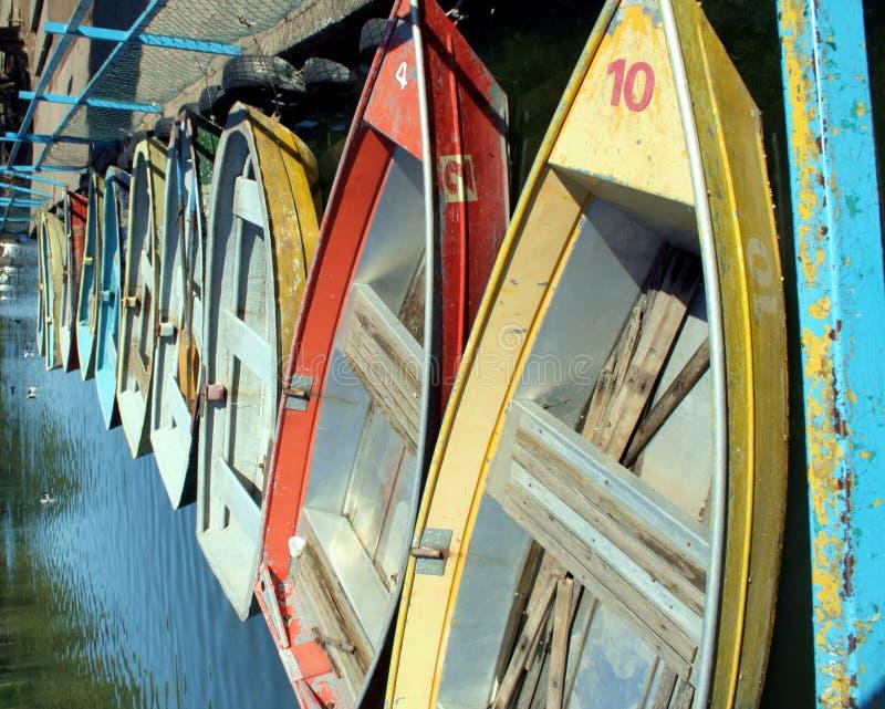 Alte Reihen-Boote stockbild