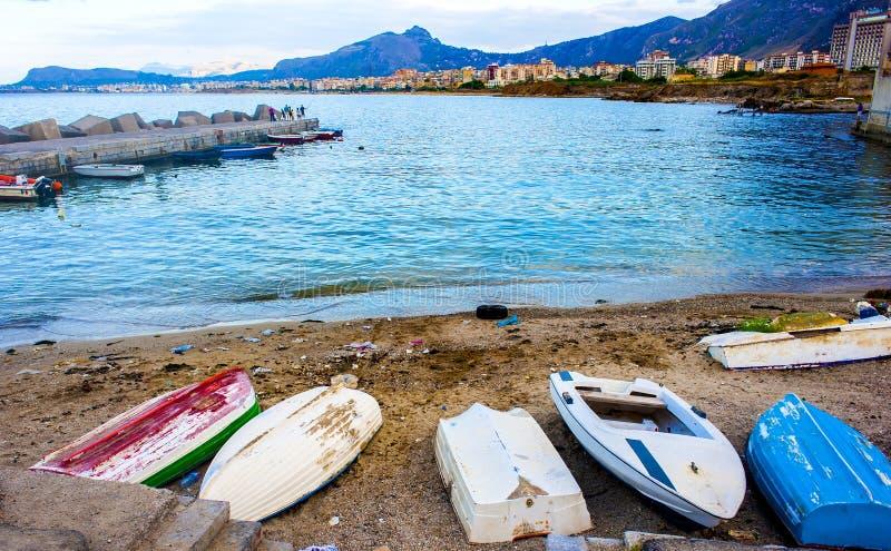 Alte Reihenboote auf einem Strand lizenzfreies stockbild