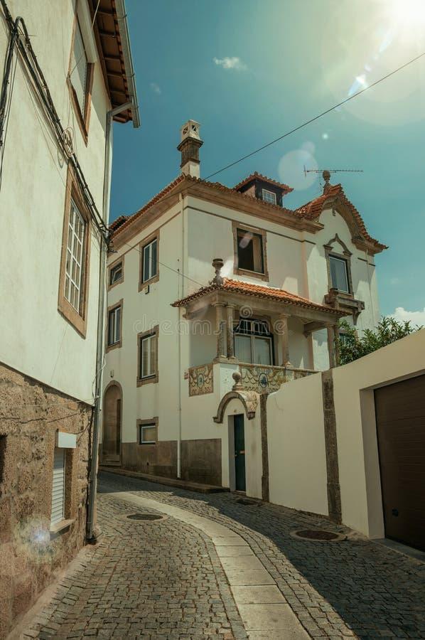 Alte reizend Villa in verlassener Gasse stockbilder