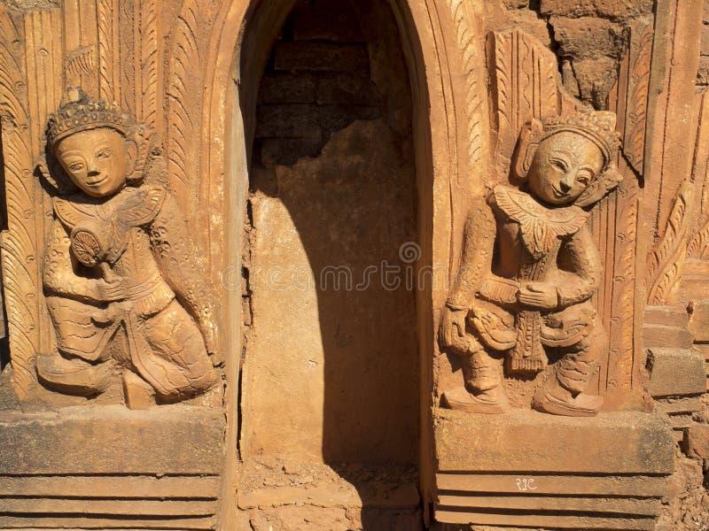 Alte religiöse Skulpturen auf Myanmar stockbild