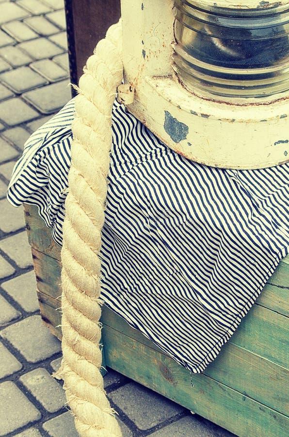 Alte Retro- Gegenstände antikisieren hölzerne Kisten des strukturellen Hintergrundes und Seile, Weinlesebild-Retrostileffekt lizenzfreie stockfotos