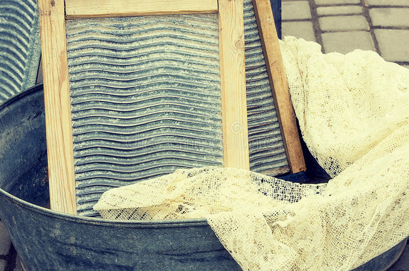 Alte Retro- Gegenstände antikisieren Pelvisbecken für das Waschen der Wäscherei und des Reinigungsbrettes, Weinlesebild-Retrostil lizenzfreie stockfotografie