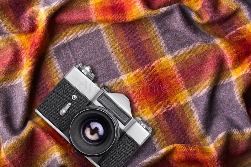 Alte Retro- Kamera auf warmer Bettdecke oder Bettdecke mit Kopienraum für Ihren fördernden Text oder advetrisment gemütliche inlä lizenzfreies stockfoto