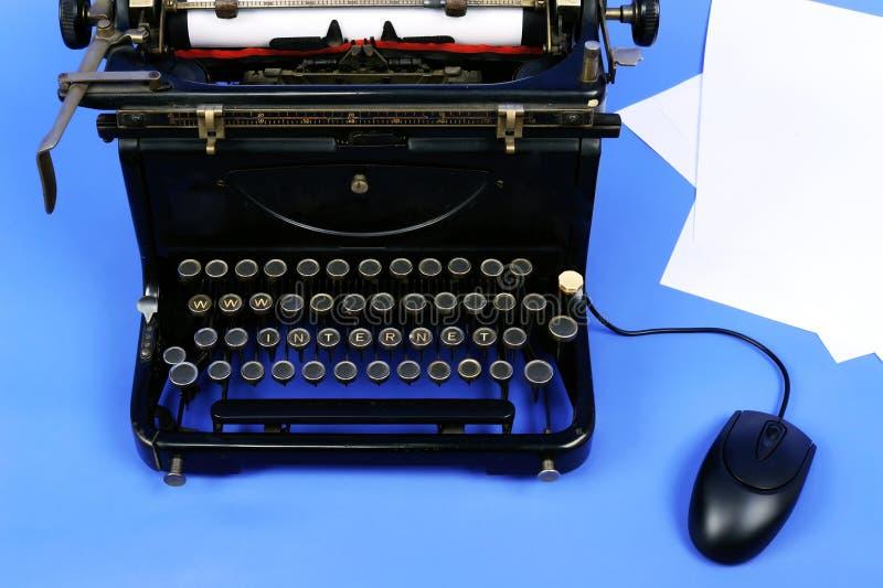 Alte Retro- Schreibmaschine lizenzfreie stockfotos
