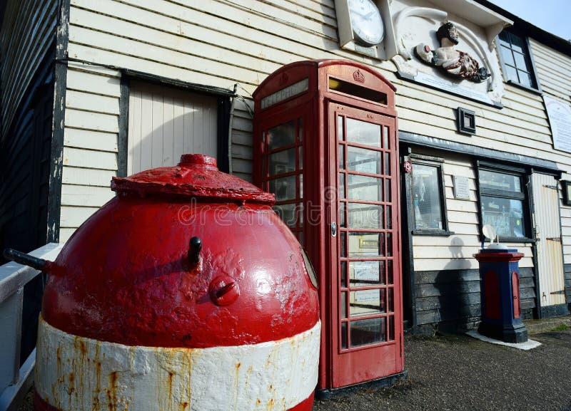 Alte Rettungsboot-Station, rote Telefonzelle und WWII-Bergwerk stockfoto