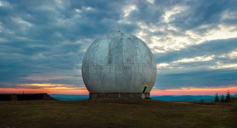 Alte riesige Haube einer Radarantenne eines ukrainischen Militärstützpunkts Apokalyptische Ansicht stockfoto
