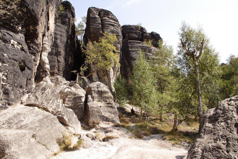 Alte rocce che stanno insieme vicine immagine stock libera da diritti