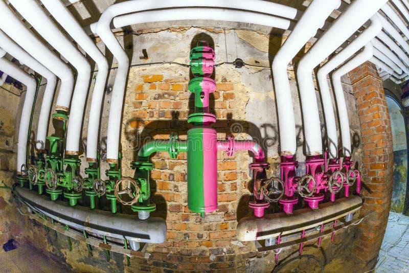 Alte Rohrleitungen mit Ventil für stockfotografie