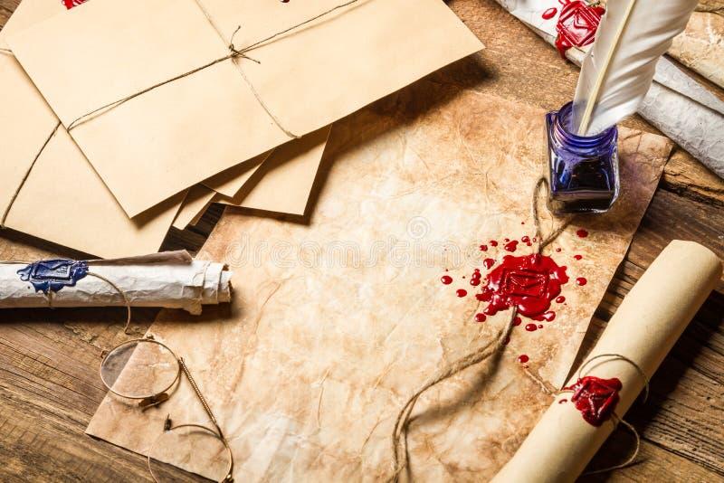 Alte Rollen des Papiers, der Gläser und der blauen Tinte im Tintenfaß als vinta lizenzfreie stockfotografie