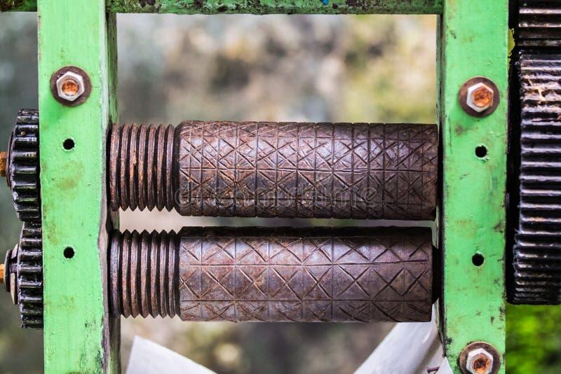 Alte rostige Achswelle des Zuckerrohrsaft-Maschinenhandbuches lizenzfreies stockbild