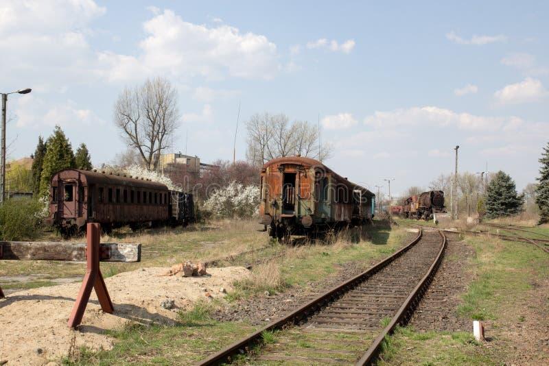 Alte rostige Autos, die im verlassenen Depot stehen lizenzfreie stockfotografie
