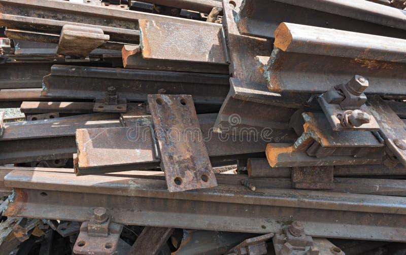 Alte rostige Bahnstrecken für die Verschrottung in einem Lagerraum lizenzfreie stockbilder