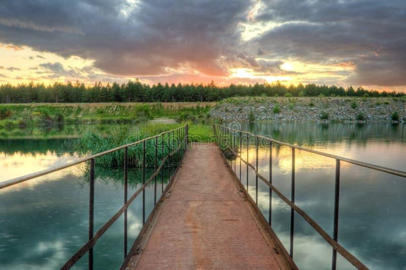 Alte rostige Brücke unter Sonnenuntergang stockfotos