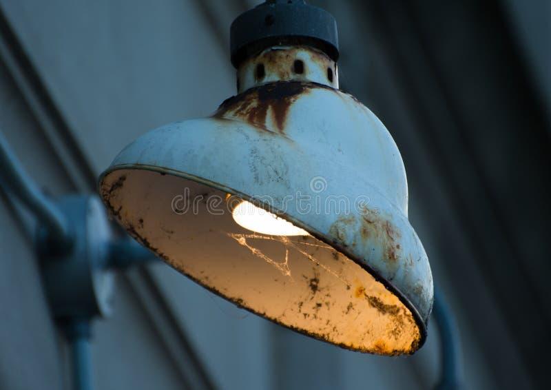 Alte rostige Gebäudelampe stockfotos