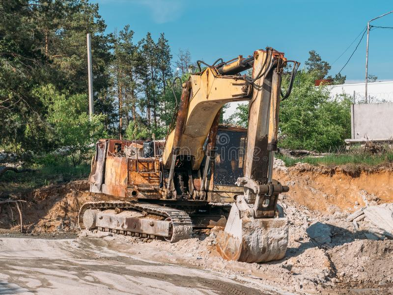 Alte rostige gebrochene Hydraulikbaggermaschine im Sandsteinbruch, vergessene Industriemaschinen stockfotografie
