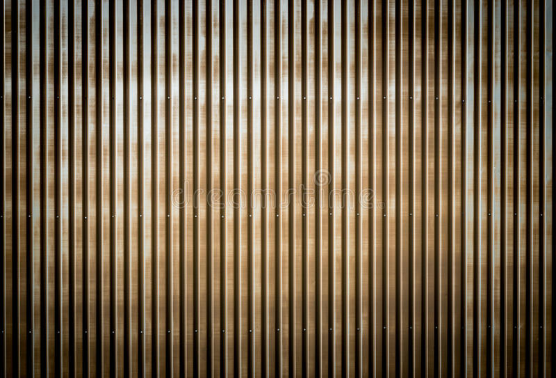 Alte rostige gewölbte Metallwand eines Scheunengebäudes stockfoto